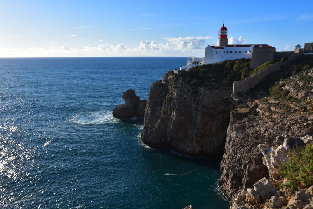 Kueste mit Leuchtturm Atlantik Algarve