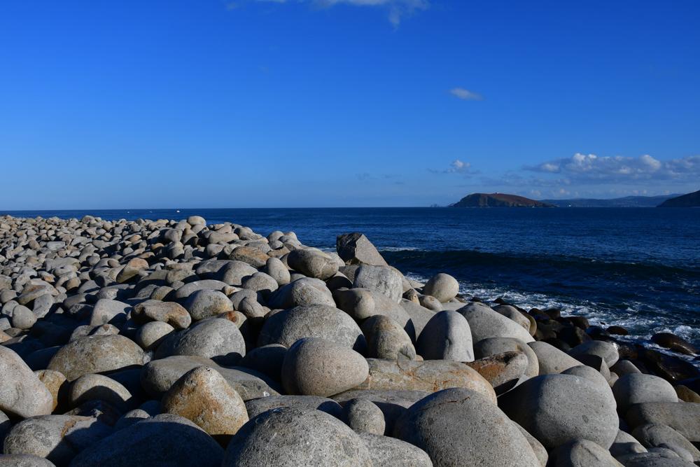 Rund geschliffene Steine Meer O Porto de Bares