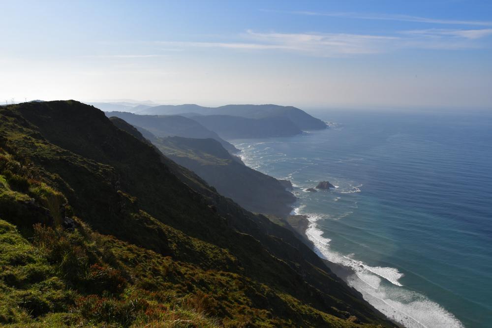steile gruene Klippen Galicien