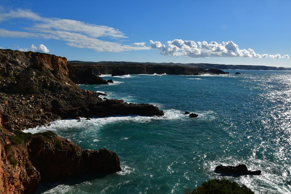 Steinige steile Klippen tuerkis Meer Algarve