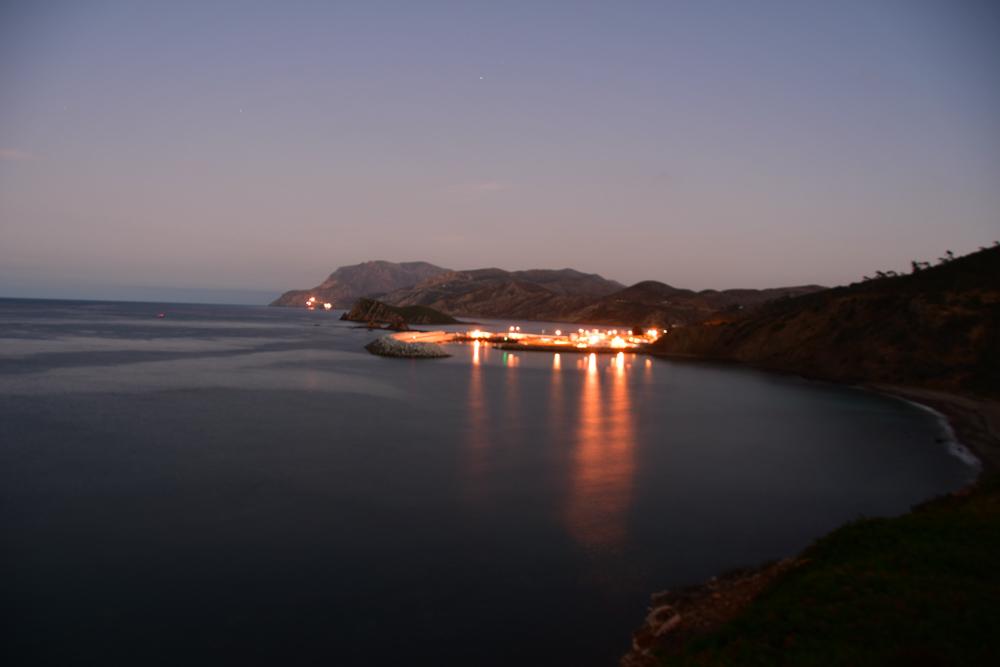 Beleuchteter Hafen in Daemmerung