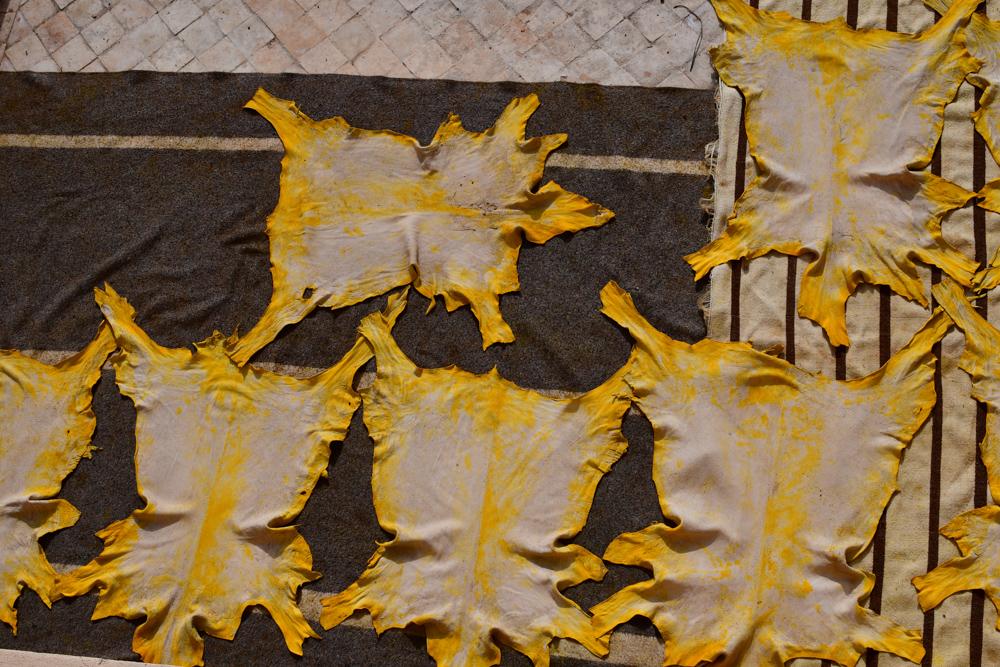 Fes gelb gefärbtes Leder