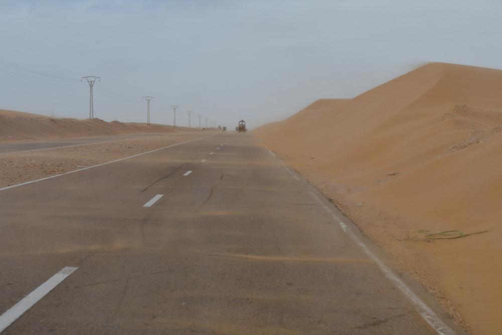 Sandsturm ueber Strasse