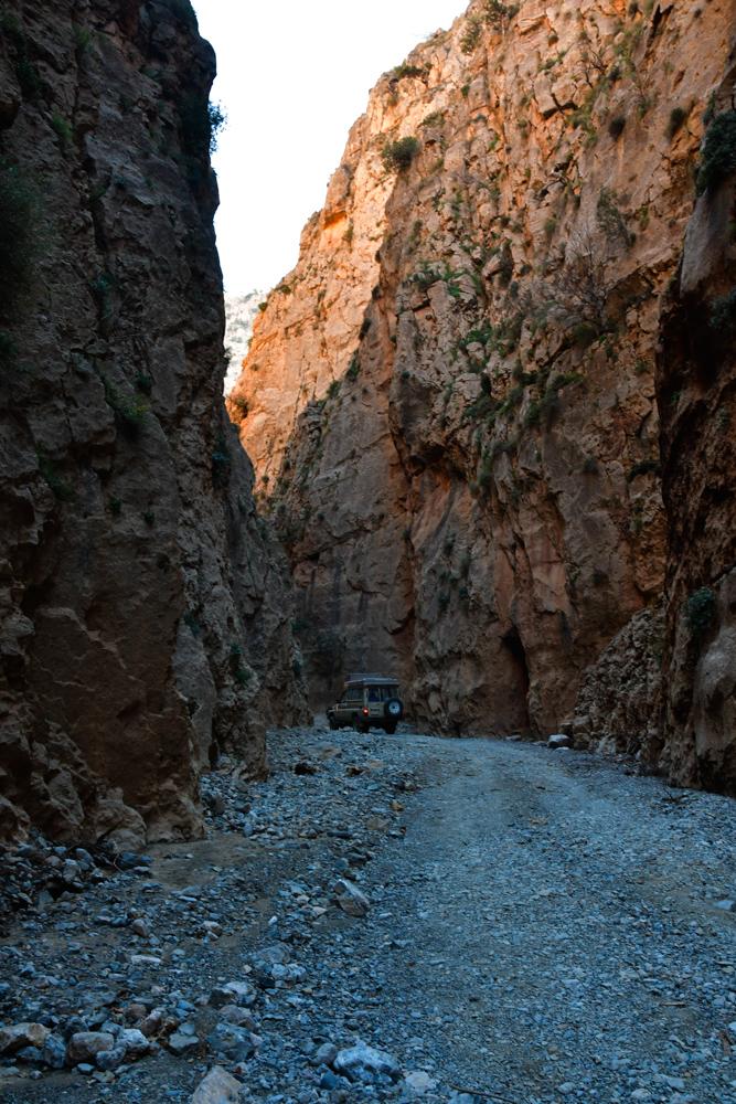 Schlucht Oued Jaffar Manny zwischen hohen Felsen